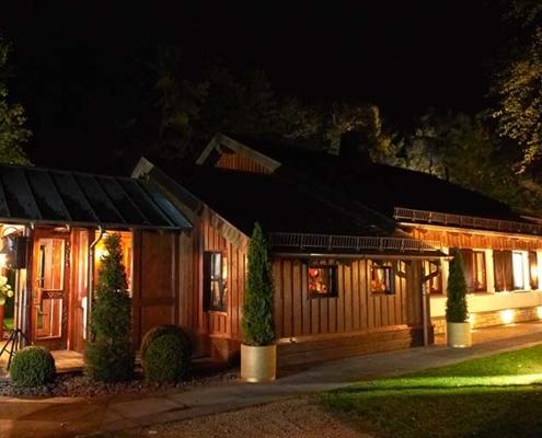 Atmosphärisch angestrahlte Birkenhütte bei Nacht