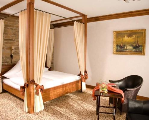 Im Kolonialstil gehaltens Hotelzimmer