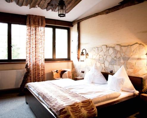 In Naturtönen gehaltenes Hotelzimmer mit hohem Holzanteil
