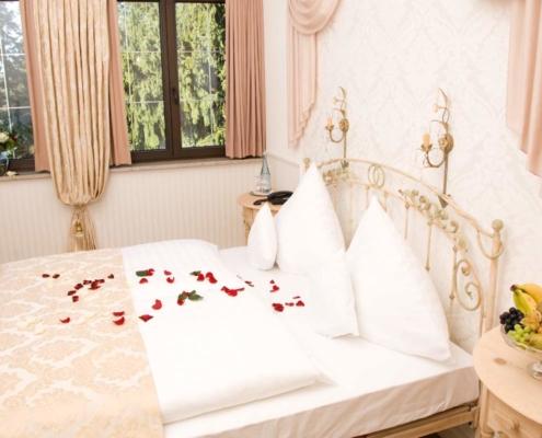 Hotelzimmer mit Bett für verträumte Stunden zu zweit