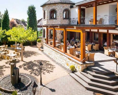 Überblick über die Terrasse, Veranda und den Biergarten des Restaurant antons