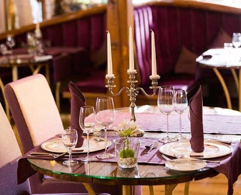Eingedeckter Tisch mit hochwertigen Gläsern und Besteck