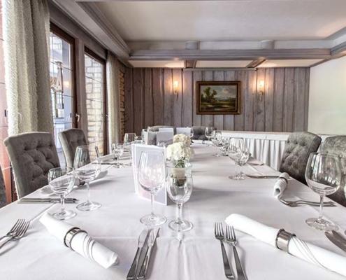 Tafel für größere Gesellschaften im Restaurant