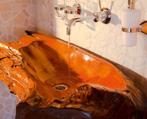 Einladendes Waschbecken aus Holz gefertigt